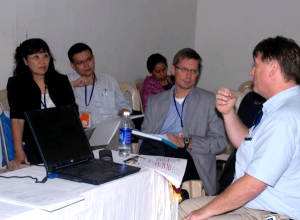 Jukka Lerkkanen esittelemässä ohjaustarpeiden arvioinnin tuloksia IAEVG:n konferenssissa 2010 Bangaloressa, Intiassa
