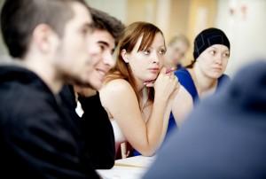 Nuoria opiskelijoita luennolla