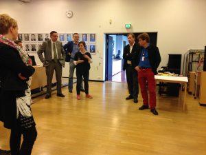 Tulevaisuusfoorumin osallistujia kokoamassa ja jakamassa ajatuksia visioiden äärellä