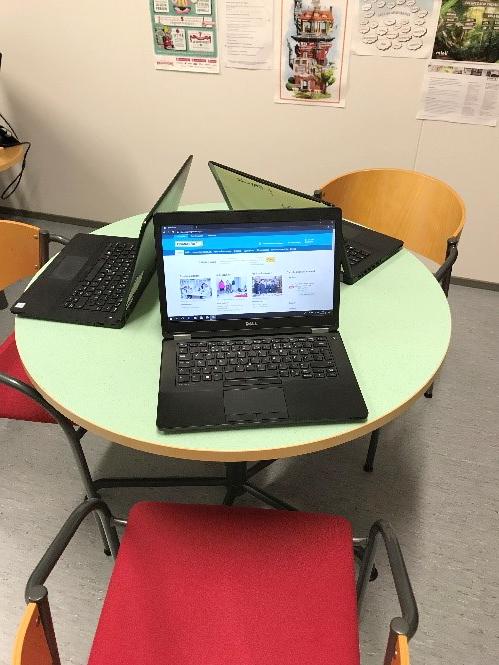 ohjaustilassa pöydällä tietokoneita opiskelupaikasta tietoa etsiville
