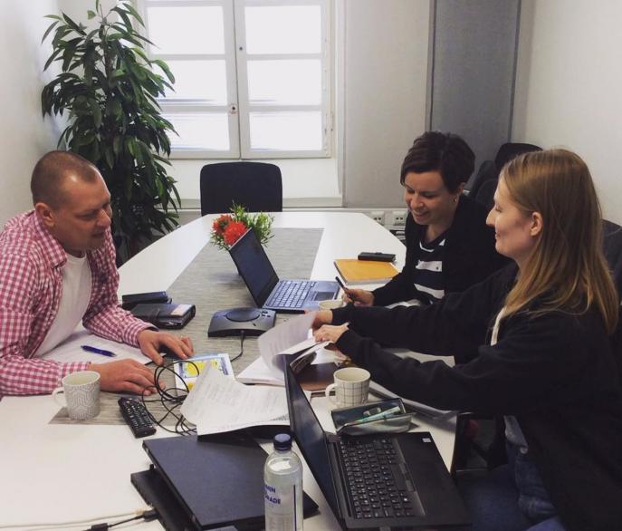 Jaakko Helander, Päivi Pukkila ja Taru Lilja työskentelemässä pöydän ääressä.