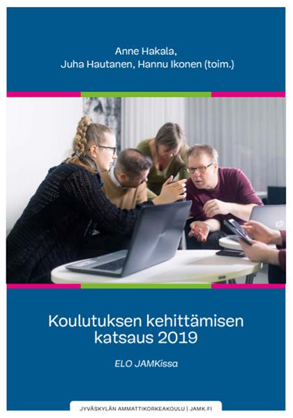 Koulutuksen kehittämisen katsaus 2019 ELO JAMKissa -julkaisun kansikuva, jossa pieni ryhmä aikuisia miehiä ja naisia ovat kumartuneena toisiaan kohti ja tutkivat mobiililaitteiden näyttöä.
