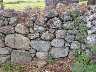 Kivistä rakennettu aita