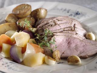 Lihaa ja perunoita ruokalautasella